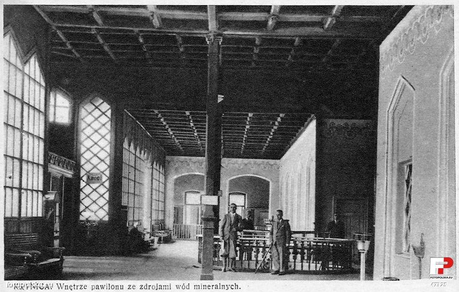 Lata 1900-1915. Wnętrze pawilonu ze zdrojami w Krynicy.