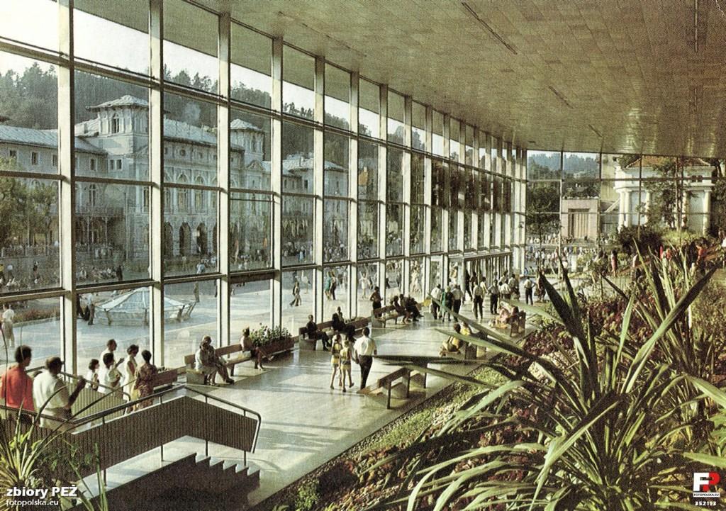 Lata 1974-1976. Wnętrze pijalni wód mineralnych.